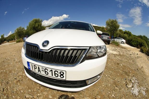 רכב skoda rapid - התמונה צולמה בעדשת פישאיי ככה שהרכב מקבל צורה מצחיקה (רכב חזק ושמתאים לעליות של צפון יוון)