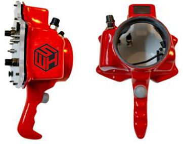 המארז המיקצועי מאפשר להחליף פורט ושימוש בעדשות שונות ומגיע עם יותר כפתורים.